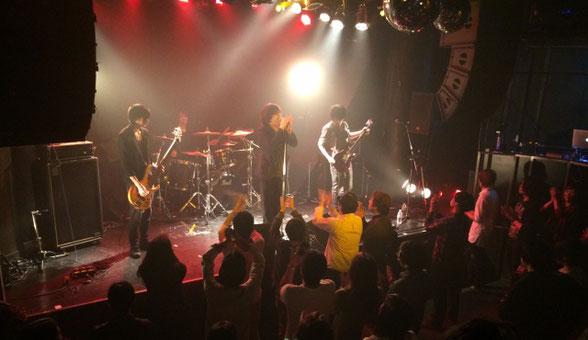 渋谷GLADのライブでお客さんが盛り上がっている場面