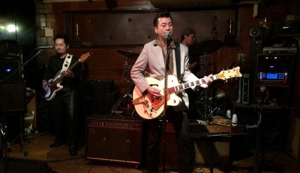 西調布アンクルのステージで演奏するジャスティン丸山とTennesseanバンド