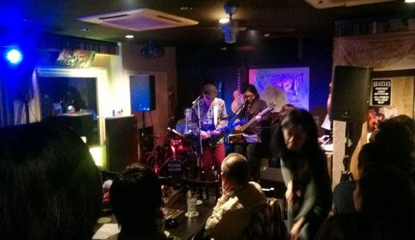 「shogun」芳野 藤丸が世田谷経堂のROCK BAR KINGで演奏している場面