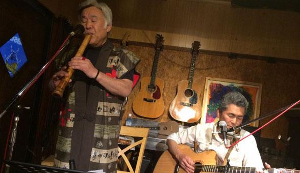 群馬県にある「Cafe Score」のステージで一緒に演奏する松本 梅頌先生と小林 進さん