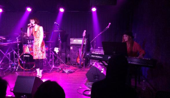 Heaven青山で演奏する斉藤アリアと正山 陽子