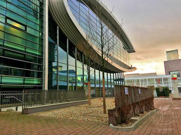 Die Glasfront der Messe Frankfurt in der Abendstimmung. Morgen findet hier die Creativeworld, Paperworld und Christmasworld statt