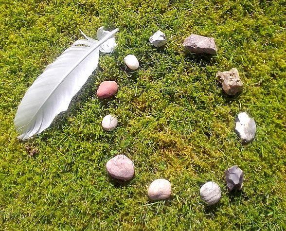 Entspannungs- und Heilpraxis - Hopi Herzheilung - Steinkreis mit Feder