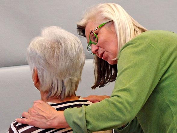 Dagmar Hiller im Gespräch vor Behandlung während Dettinger Gesundheitstage