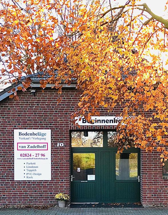 Außenansicht Eingangstür der Firma van Zadelhoff GmbH.
