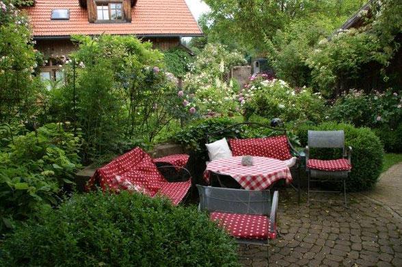 Schattenplatz am Quellstein im Rosengarten Sinneszauber
