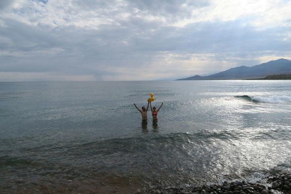 Baignade matinale dans le lac Isyk kol
