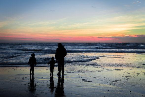 Deze silhouet-foto maakte ik van mijn mannen op Texel. Eigenlijk is dit al niet meer het gouden uurtje, want de zon is al onder! Dit noem je het blauwe uurtje (het uur ná zonsondergang of vóór zonsopkomst).