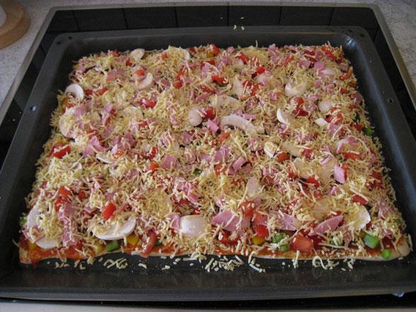 Statt Nudeln gab es am Vortag, eine Vorbereitung nach Greif: Selbstgemacht Pizza mit Schinken, Gouda-Käse, buntes Paprika, Tomaten und Pilzen.