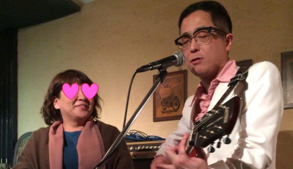チャーリー坂本が横浜市にあるSam's Barで女性の為に歌っている場面