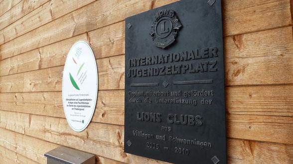 Jetzt haben sich die beiden Clubs mit einer gusseisernen Erinnerungstafel am Blockhaus verewigt.