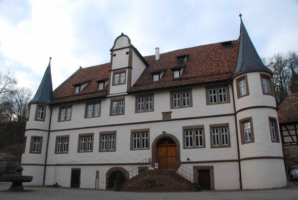 Das Internatsgebäude des Klosters