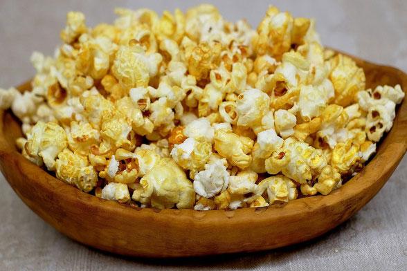 Popcorn in Schüssel.