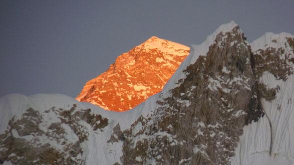 Une vue du sommet mytique de l'Hymalaya : l'Everest. Au coucher de soleil il brille comme de l'Or , et nous fait rêver, mais reste inaccessible pour nous. Vue du dernier refuge (5200 m). Photo Sylvie