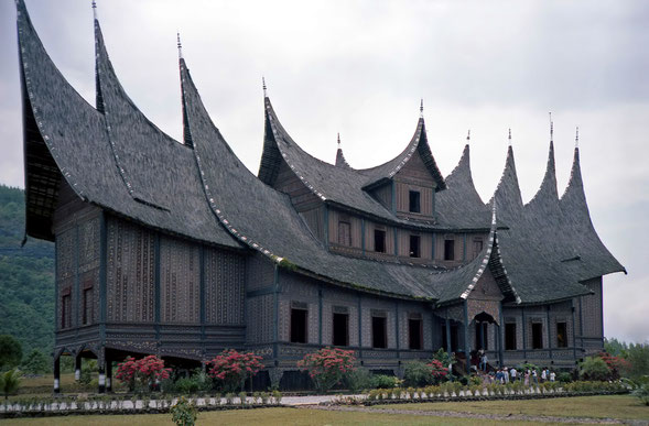 BU211F300_« Pagaruyung palace » par Bernard Gagnon — Travail personnel. Sous licence CC BY-SA 3.0 via Wikimedia Commons - https://commons.wikimedia.org/wiki/File:Pagaruyung_palace.jpg#/media/File:Pagaruyung_palace.jpg