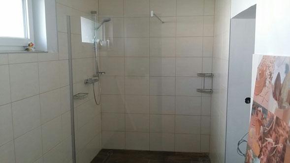 Bodengleiche Dusche mit freistehender Echtglaswand und Duschrinne
