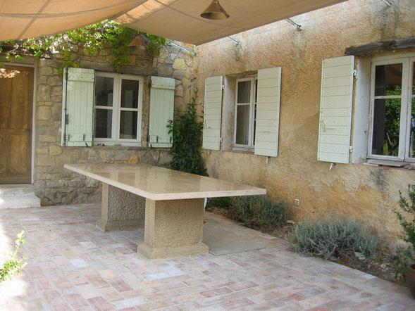 table -pierre-taille-exterieure-cotignac-var-83