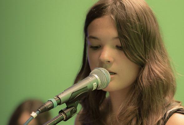 """Tabea Kretzschmar, die 14-jährige Sängerin und Bassistin der Schülerband """"Unpredictable"""", begeisterte die Teilnehmer des Branchentreffs mit ihren selbst komponierten Songs. Foto: Anke Brückner"""