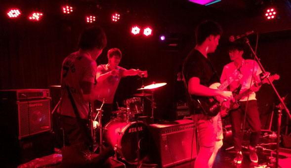 粛々ノーザンルーズのライブ中にドラムシンバルが落ちたトラブルシーン