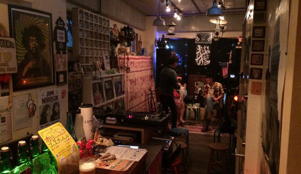 下北沢Back Pageの店内で「じゅんちゃんズ」が開演前に談笑している場面