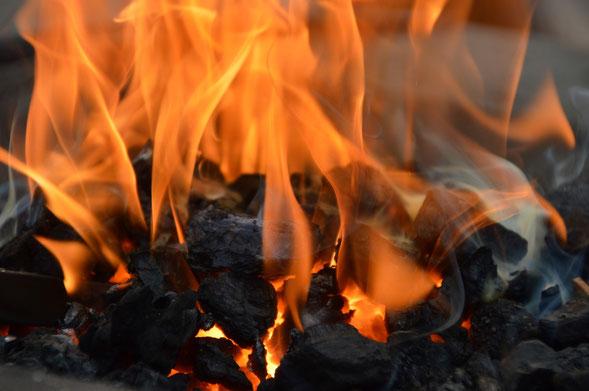 Feuerrituale - Kreise um das Feuer zu den vier Himmelsrichtungen und ihren Krafttieren.