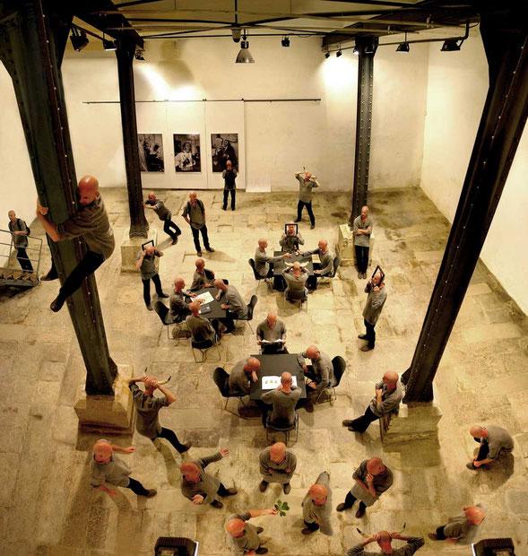"""""""Die Konferenz der Doppelgänger"""" / aus der Serie """"digital clones"""" Egon Schiele Centrum, Cesky Krumlov, 2003"""