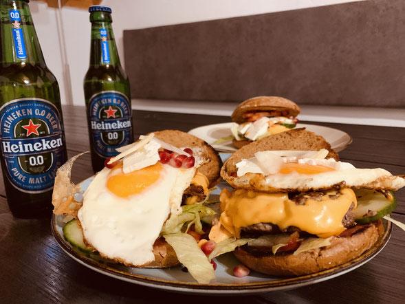 Probiert euren Burger auch mal mit Ei, geschmorrten Zwiebeln, Honig, Walnüssen, Feta Käse, Granatapfel, Preiselbeeren oder gehackten angebratenen Datteln.