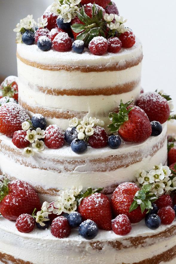 Naked Cake mit Beeren Berry naked Cake Hochzeitstorte Geburtstagstorte