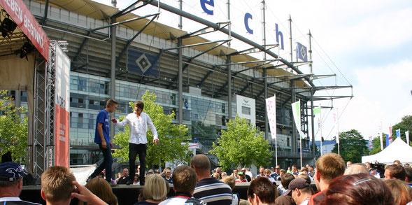 Kevin auf der NDR-Showbühne vor der HSV-Arena