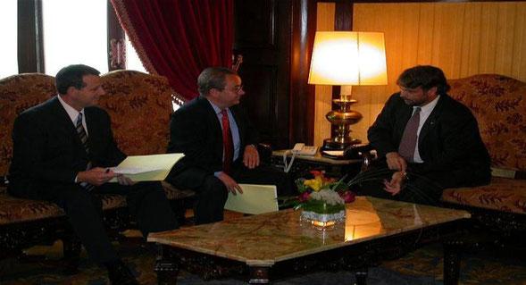 El Secretario y el Presidente de INTER-SOS Juan Bergua y Manuel Jaime con el Presidente del Parlament de Catalunya, Sr. Ernest Benach.