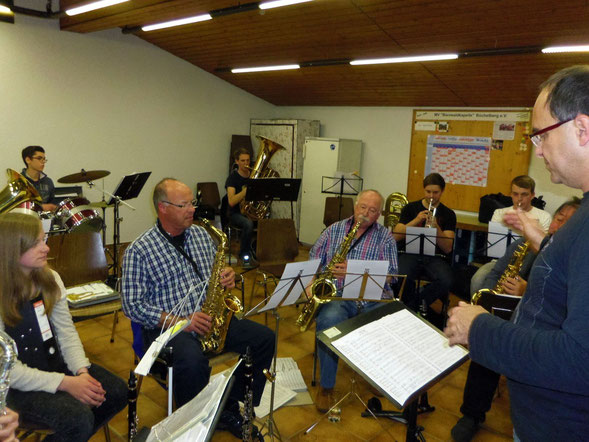 Gemeinsame Musikstunde im Büchelberger Proberaum mit unserem Co-Dirigenten Andreas Schwartz.