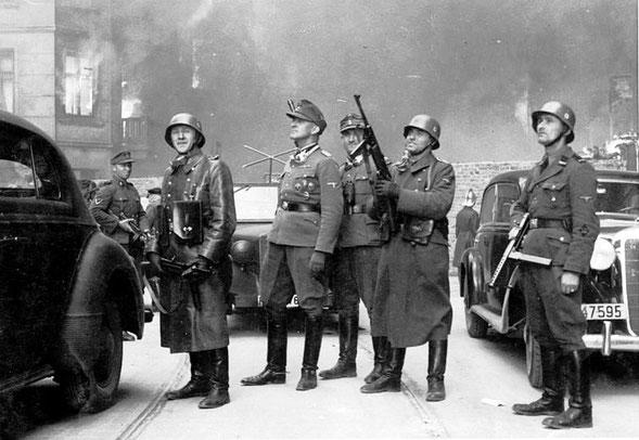 """Blösche (rechts) im Gefolge von Jürgen Stroop, dem """"Führer der Großaktion"""" (2. v. l. mit Feldmütze) gegen den Aufstand im Warschauer Ghetto"""