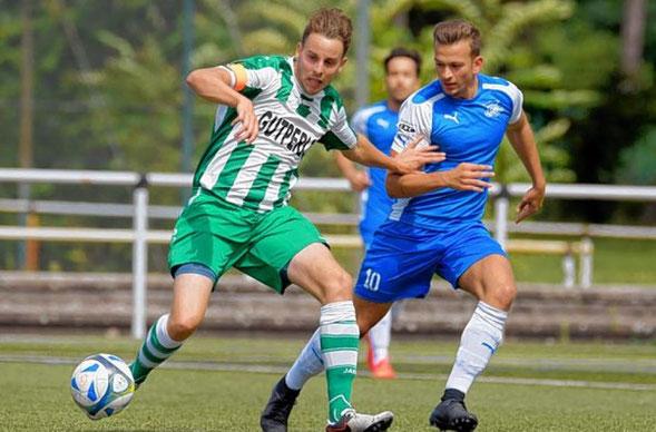 Jörg Scheidel (li.) setzt sich hier gegen Enosis Sztefanos Sidiropoulos durch. Der Viernheimer Kapitän erzielte auch das zwischenzeitliche 2:0. | © Bild: Nix