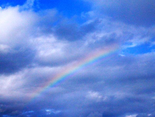 GlücksDestille - blauer Himmel, ein paar Wolken, Regenbogen