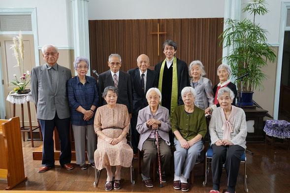 2015年9月13日(日)恵老祝福の礼拝直後の記念撮影。森牧師の向かって左は脇本寿牧師94歳です。旭東教会には現在80歳を超える方が20名居られます。新人は前列左のU田姉。