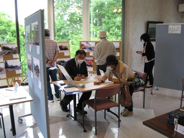 持田学芸員(浦幌町博物館)と川西村全図十鉄路線を見ながらの語らい