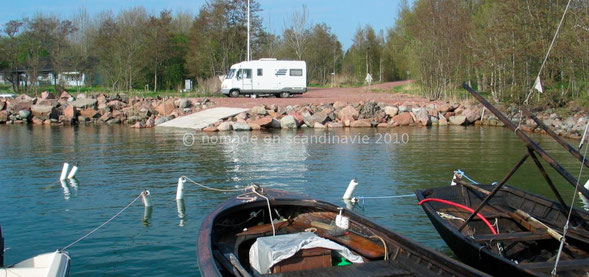 Un minuscule parking au bord d'un petit port nous attend.