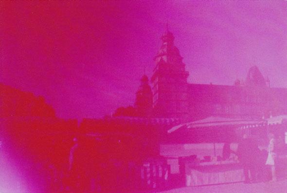 Thema 2: Marktag. Ein perfekter sonniger Samstag und Wochenmarkt vor dem Aschaffenburger Schloss mit strahlend rosa Himmel.