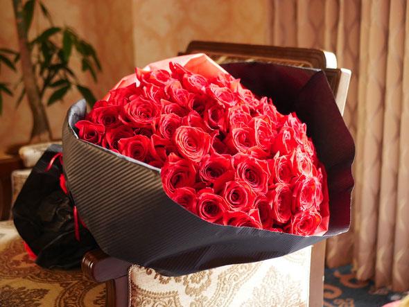 プロポーズ 108本の薔薇の花束