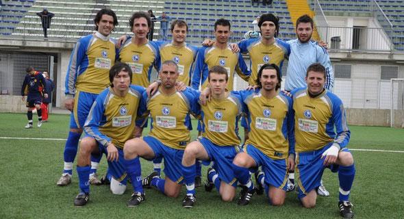 Nella foto l'ultima formazione della Pescara Nord riuscita ad imporsi sul San Marco (2-0) in campionato (stagione 2009/10)