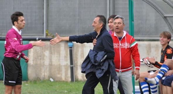 Nella foto Mauro Santillozzi stringe la mano all'arbitro dopo essere stato allontanato dalla panchina
