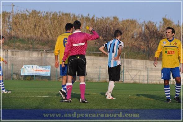 Nella foto l'arbitro ammonisce Federico Pace durante Durini-Pescara Nord