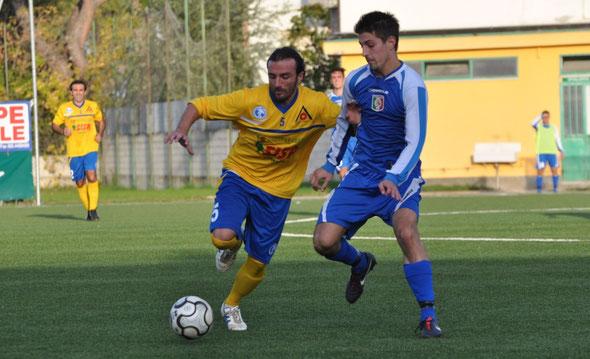 Nella foto Massimo Zucchini contrasta l'attaccante del Real Tre Ciminiere Pavone