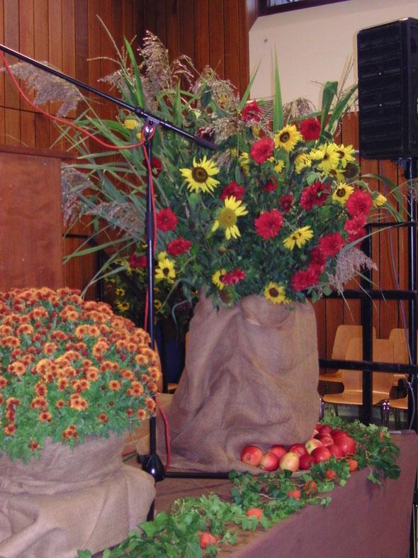 Blumengebinde beim Erntedankaltar