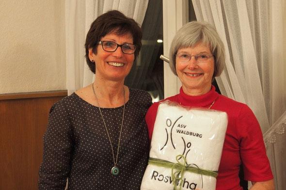 Marianne Späth überreicht Roswitha Wieczorek ein Präsent für 25 Jahre Vorstandsarbeit