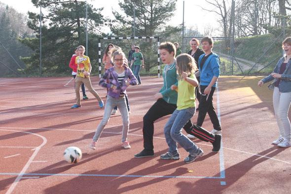 Fussballturnier nach den ersten Proben