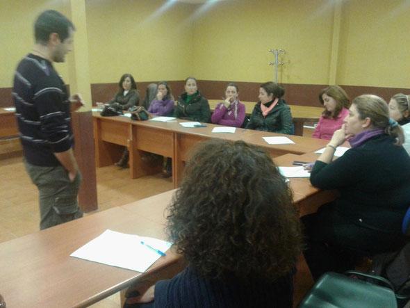 Las alumnas asisten a las clases presenciales con el docente Jesús Lamarca