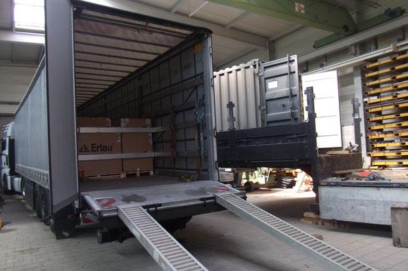 Auch Fahrzeugtransporte, landw. Maschinen und Ähnliches transportieren wir schnell, zuverlässig und absolut sicher.