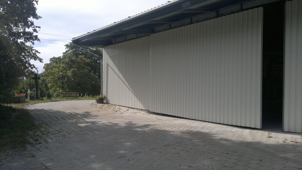 Unsere Lkw-Einfahrt mit 7 m Breite und 4,50 m Höhe als selbst gefertigtes Schiebetor mit Wand-Tr.Blechen 207x35x0,7 mm