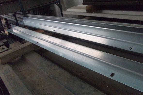 Sockelwinkel 90x60x2,5mm x L 2500 mit Langloch alle 80-90 cm (D 13 x 30 mm).